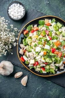 Widok z góry smaczna sałatka jarzynowa wewnątrz płyty z widelcem na ciemnym tle posiłek w restauracji kolor zdrowa dieta świeża kuchnia jedzenie