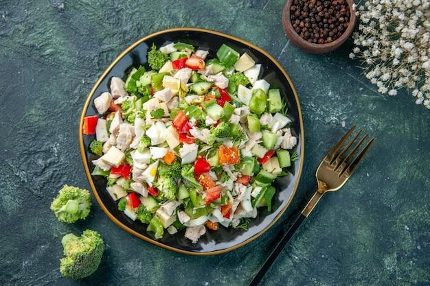 Widok z góry smaczna sałatka jarzynowa z serem na ciemnoniebieskim tle posiłek kolor zdrowie obiad świeża dieta restauracja jedzenie