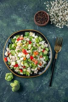 Widok z góry smaczna sałatka jarzynowa z serem na ciemnoniebieskim tle posiłek kolor zdrowy obiad kuchnia świeża dieta restauracja jedzenie