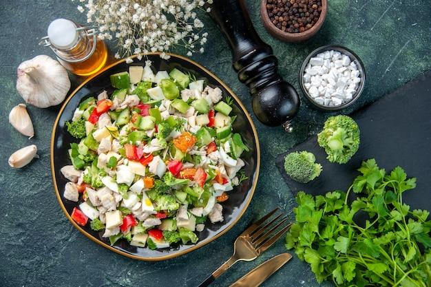 Widok z góry smaczna sałatka jarzynowa z serem na ciemnym tle posiłek w restauracji kolor zdrowa dieta żywność świeża kuchnia obiad