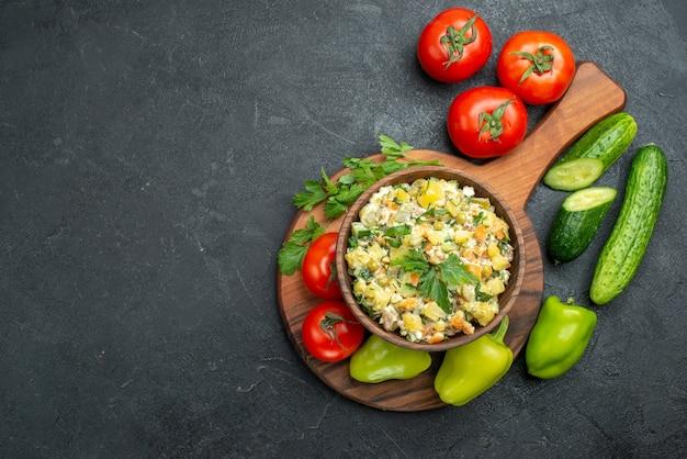 Widok z góry smaczna sałatka majonezowa ze świeżymi warzywami na szaro