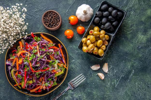 Widok z góry smaczna sałatka z kapusty z oliwkami na ciemnym tle jedzenie chleb wakacje przekąska dieta zdrowy posiłek obiad