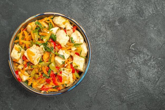 Widok z góry smaczna sałatka z kurczaka z warzywami