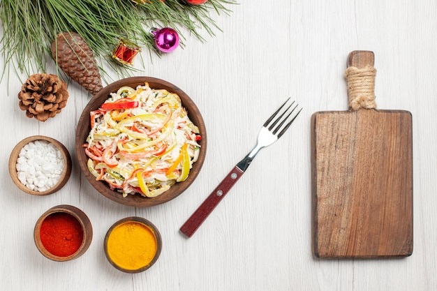 Widok z góry smaczna sałatka z kurczakiem z przyprawami na białym biurku sałatka z przekąskami ze świeżego mięsa