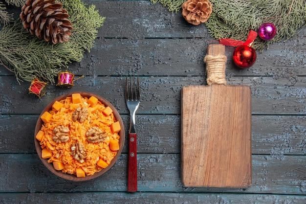 Widok z góry smaczna sałatka z marchwi z orzechami włoskimi na ciemnoniebieskiej podłodze sałatka orzechowa dieta zdrowa kolorowa dieta
