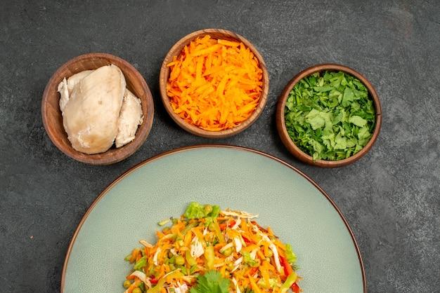 Widok z góry smaczna sałatka ze składnikami na szarej sałatce z jedzeniem dieta zdrowotna
