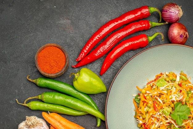 Widok z góry smaczna sałatka ze świeżymi warzywami na szarej żywności dieta sałatka zdrowie