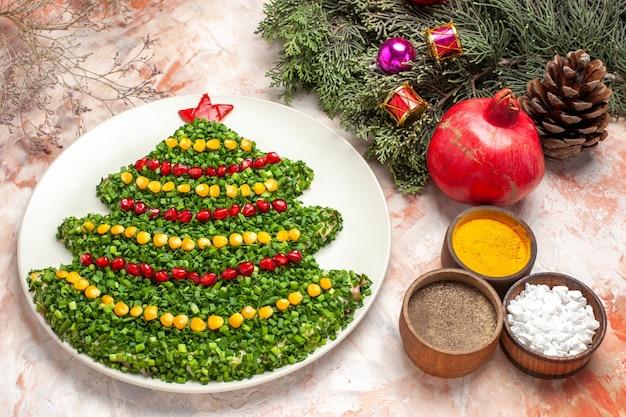 Widok z góry smaczna zielona sałata w kształcie drzewa nowego roku na jasnym tle
