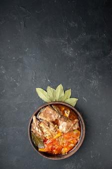 Widok z góry smaczna zupa mięsna z warzywami na ciemnym kolorze szary sos posiłek danie gorące jedzenie mięso ziemniak zdjęcie