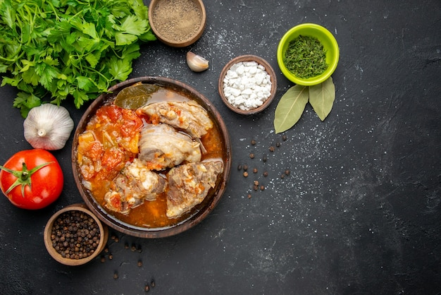 Widok z góry smaczna zupa mięsna z zieleniną na ciemnym mięsie kolor zdjęcie szary sos posiłek gorące jedzenie ziemniaczane danie obiadowe