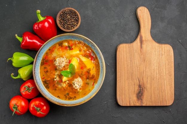 Widok z góry smaczna zupa mięsna ze świeżymi warzywami na ciemnym stole zdjęcie danie kolor żywności