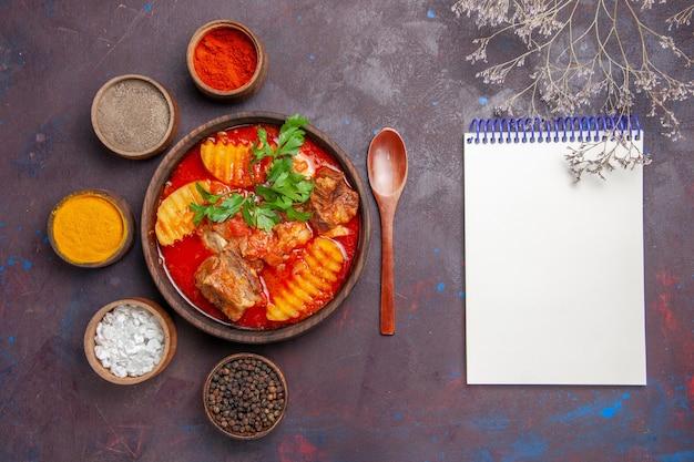 Widok z góry smaczna zupa z sosem mięsnym z przyprawami na czarno
