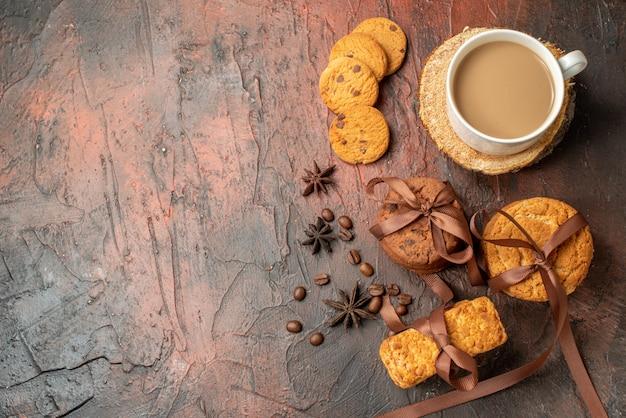 Widok z góry smaczne ciasteczka związane z herbatnikami na sznurku filiżanka kawy na wolnym miejscu na stole