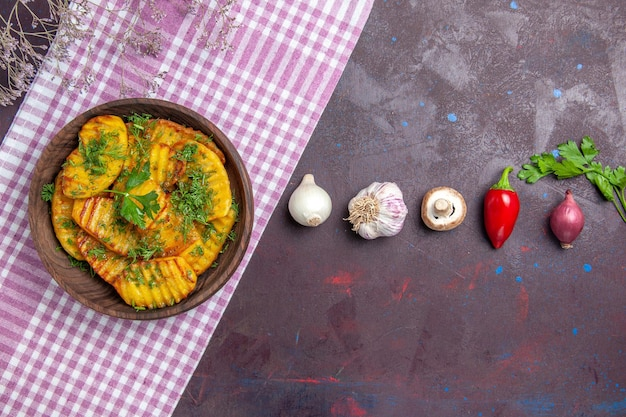 Widok z góry smaczne gotowane ziemniaki pyszne danie z zieleniną na ciemnym biurku ziemniaczane danie obiadowe gotowanie posiłku