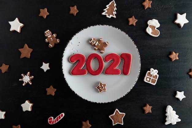 Widok z góry smaczne, szkliwione, malowane ciasteczka: numery 2021, gwiazdki, jodła.