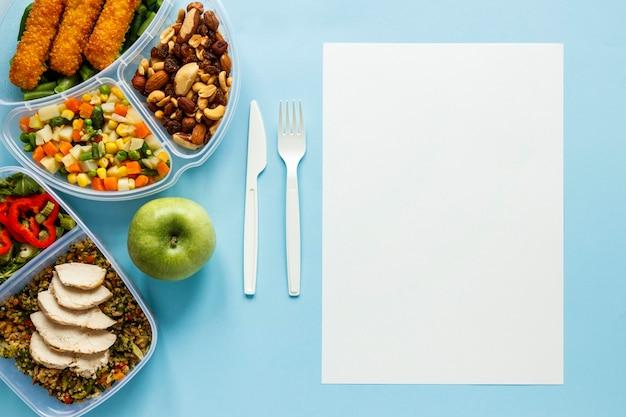 Widok z góry smaczny asortyment gotowanych partii żywności z pustą kartą