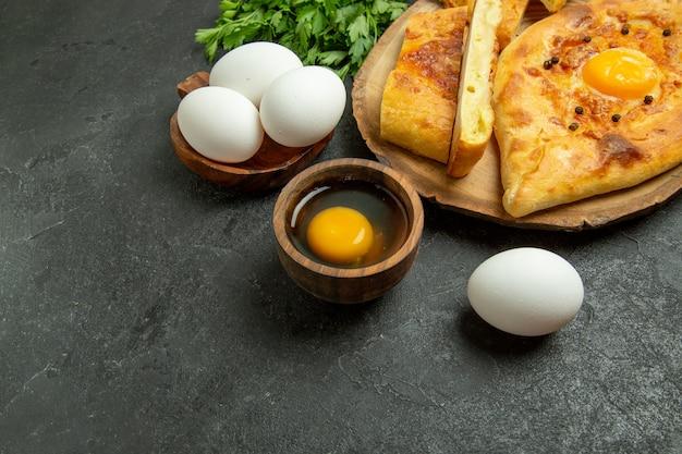 Widok z góry smaczny chleb jajeczny zapiekany z zieleniną na szarym tle chleb bułka ciasto śniadanie jedzenie