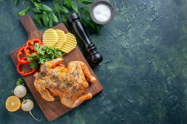 Widok z góry smaczny gotowany kurczak doprawiony ziemniakami na ciemnym tle kolor mięsa posiłek grill kolacja jedzenie restauracja