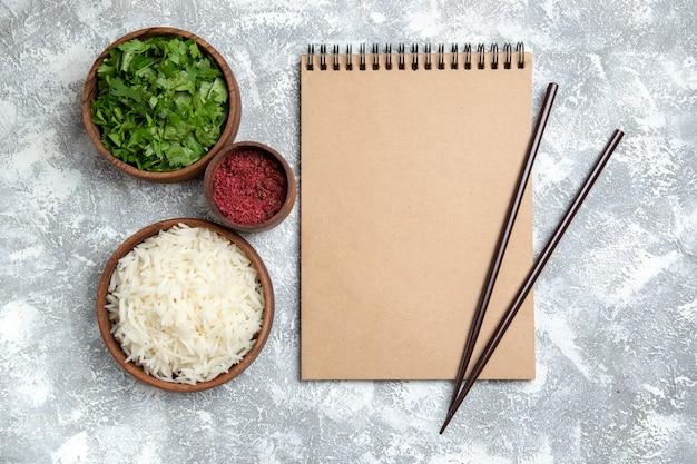Widok z góry smaczny gotowany ryż z zielenią na białym tle