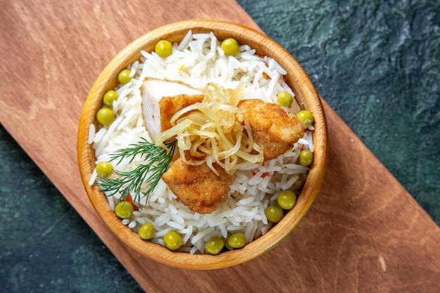 Widok z góry smaczny gotowany ryż z zieloną fasolką i mięsem na ciemnym biurku