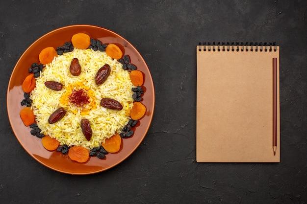 Widok z góry smaczny, słynny wschodni posiłek składa się z gotowanego ryżu i rodzynek na ciemno