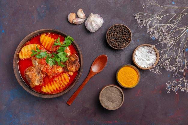 Widok z góry smaczny sos mięsny z różnymi przyprawami na czarno