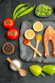 Widok z góry smażone plastry mięsa ze świeżymi warzywami na ciemnym tle