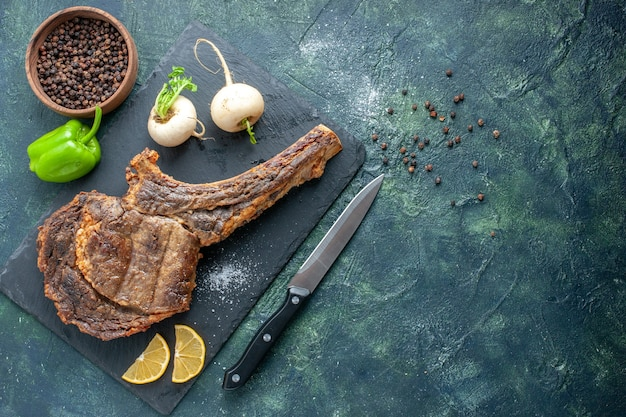 Widok z góry smażony kawałek mięsa na ciemnym tle mięso jedzenie danie grill smażyć kolor zwierzę żebro obiad gotowanie