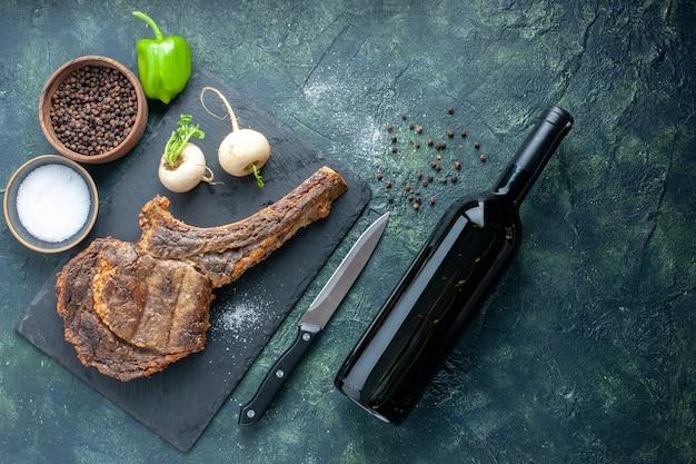 Widok z góry smażony kawałek mięsa na ciemnym tle mięso jedzenie danie smażyć kolor zwierzę żebro obiad gotowanie grill wino