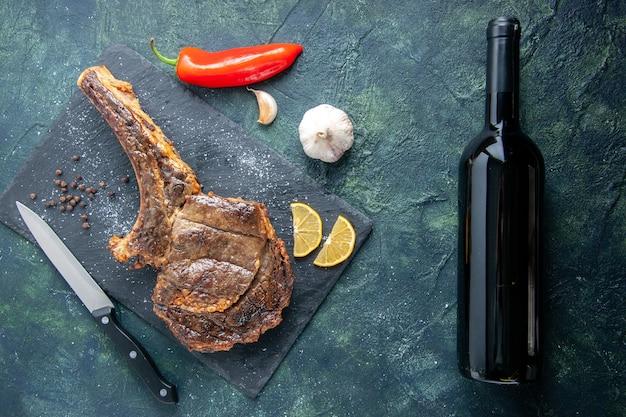 Widok z góry smażony kawałek mięsa z plasterkami cytryny na ciemnym tle mięso obiad jedzenie danie smażyć kolor zwierzę żebro gotowanie grill wino