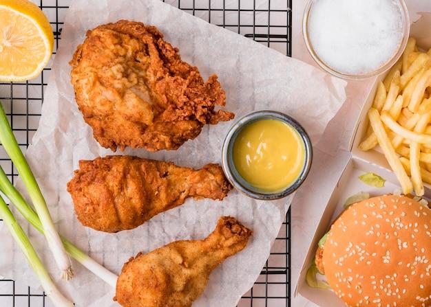 Widok z góry smażony kurczak z burgerem i frytkami