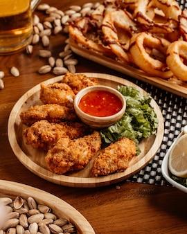 Widok z góry smażony kurczak z sosem orzechowym i cytryną na stole obiadowy posiłek