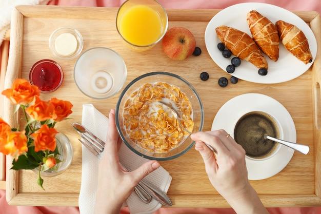 Widok z góry śniadania serwowane w łóżku na drewnianej tacy