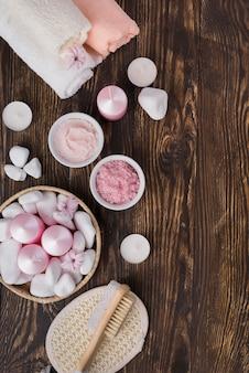Widok z góry sól do aromaterapii spa i świece na stole