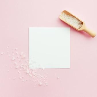 Widok z góry sól do kąpieli i karta miejsca do kopiowania