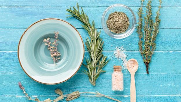 Widok z góry soli do aromaterapii i lawendy