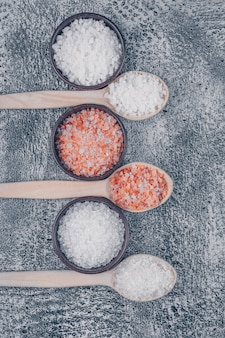Widok z góry soli w miseczkach i drewniane łyżki soli himalajskiej