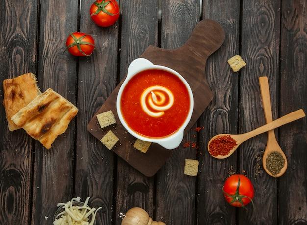 Widok z góry sosu pomidorowego ze śmietaną podany z chlebem tandoor