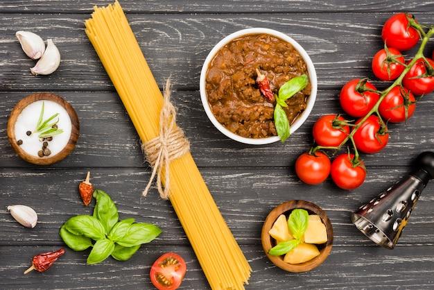 Widok z góry spaghetti bolognese składników