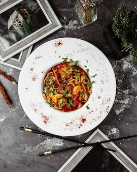 Widok z góry spaghetti z krewetkami w sosie pomidorowym