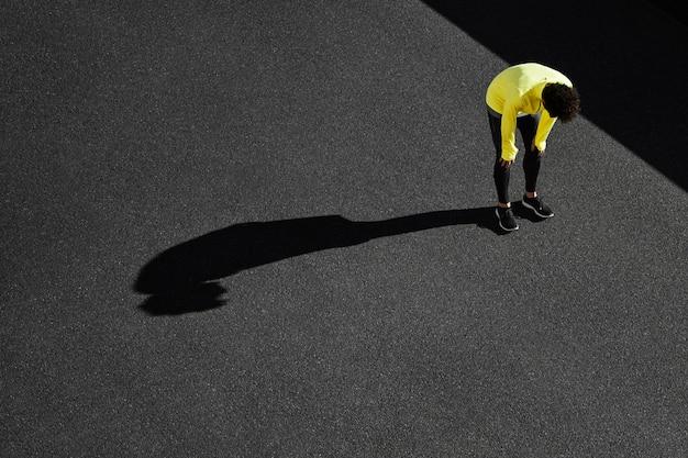 Widok z góry sportowca przerwy od ćwiczeń