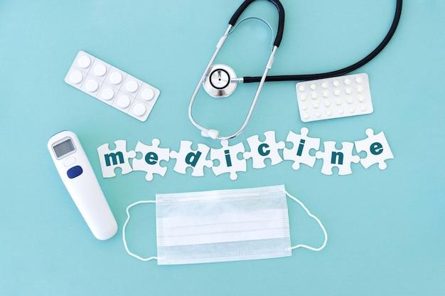Widok z góry sprzętu medycznego i pustych puzzli