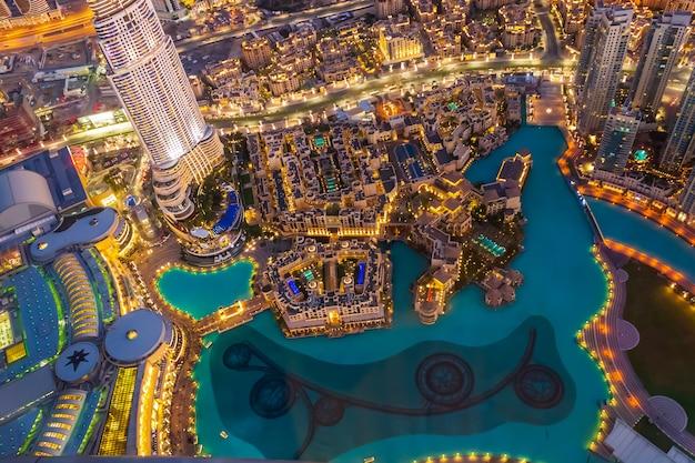 Widok z góry śródmieście z góry burj khalifa. nocna scena.