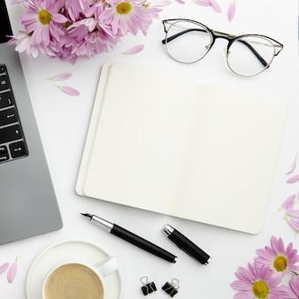 Widok z góry stacjonarny układ na biurku z pustym notatnikiem
