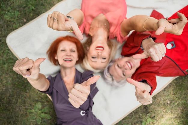 Widok z góry starsza kobieta z kciuki do góry