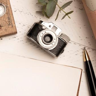 Widok z góry stary aparat fotograficzny do podróży