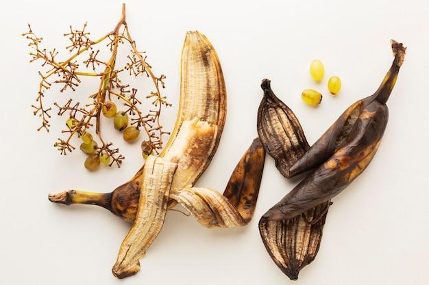 Widok z góry starych resztek skórki od banana