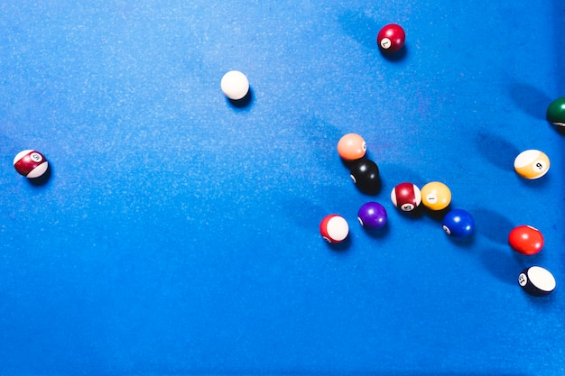 Widok z góry stół bilardowy z niebieskim tłem
