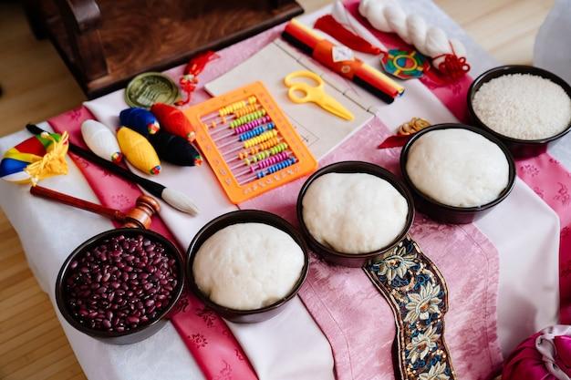 Widok z góry. stół. koreańskie tradycyjne święto pierwsze urodziny dziecka doljanchi, dekoracja. asandi. przestrzeganie zwyczajów przodków. praca dekoratora i organizatora imprezy. przepowiadanie przyszłości.