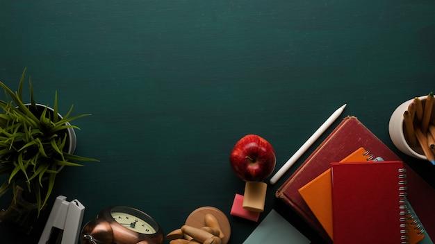 Widok z góry stołu do nauki z książkami